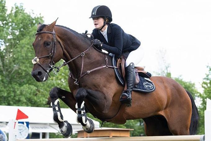 Jennifer được cha mẹ ủng hộ khi theo đuổi đam mê cưỡi ngựa. Ảnh: The Plaid House.