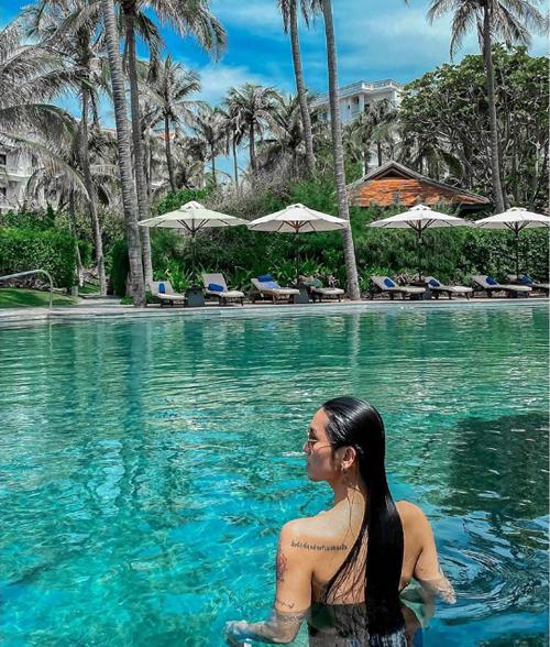 [Caption] Ảo quá  thích nhất buổi tối ở đây, đẹp lãng mạn thiệt chứCheck in nhẹ resort Anantara Mũi Né, resort 5 sao duy nhất tại Mũi Né, đầy đủ tiện nghi, khung cảnh đẹp và xanh tươi, đồ ăn thì có đầy đủ từ Âu tới Á nha, hồ bơi siêu đẹp và bãi biển rất sạchĐược ở 1 phòng villa khá là sang chảnh của resort, xung quanh toàn cây cảnh thật trong lành và có cả hồ bơi riêng nữa