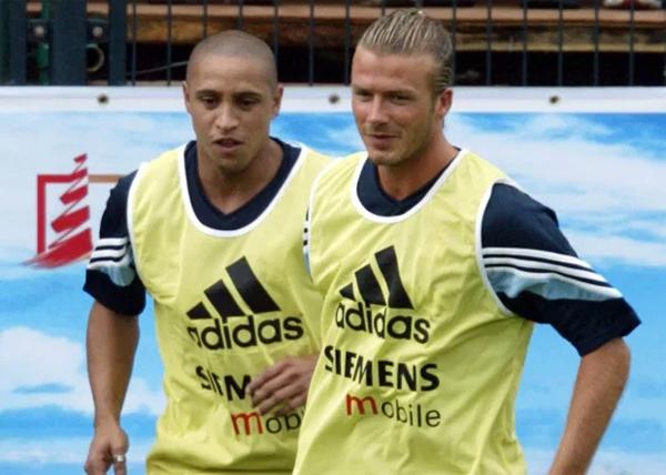 Cựu hậu vệ trái Roberto Carlos có 11 năm chơi bóng ở Bernabeu, ra sân 524 lần và ghi được 69 bàn thắng dù chơi ở hàng phòng ngự. Sau khi rời Real năm 2007, chuyên gia sút phạt khoác áo Fenerbahce, Corinthians và vừa là cầu thủ kiêm HLV ở đội bóng Nga Anzhi trước khi giải nghệ năm 2012. Sau đó, Carlos có thời gian ngắn dẫn dắt Sivasspor và Akhisarspor ở Thổ Nhĩ Kỳ. Năm 2015, cựu sao 47 tuổi trở lại sân cỏ vừa thi đấu vừa huấn luyện Delhi Dynamos ở Ấn Độ.