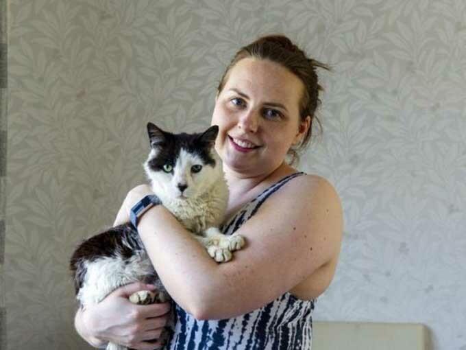Vicky vui mừng khi được đoàn tụ với mèo cưng sau 12 năm xa cách. Ảnh: SWNS.