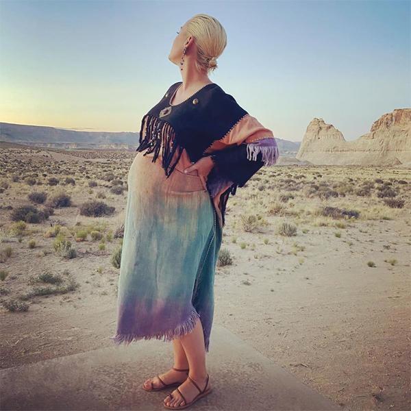Bà bầu Katy Perry khoe dáng giữa sa mạc.