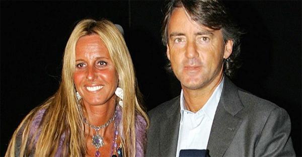Trước khi gặp và cưới người vợ thứ hai, HLV Mancini có 25 năm chung sống với người vợ đầu Federica Morelli (ảnh). Hai người có hai con trai và một con gái. Hai con trai của nhà cầm quân 55 tuổi cũng theo nghiệp cầu thủ, tập luyện trong đội trẻ Inter Milan.