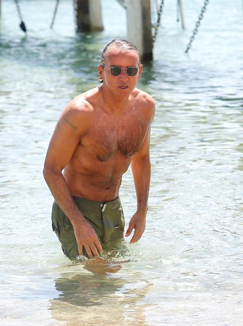 Nhà cầm quân Roberto Mancini được trông thấy cởi trần tắm biển ở Club 55 địa điểm nghỉ mát nổi tiếng ở St Tropez, Pháp, trong những ngày cuối tháng 6.
