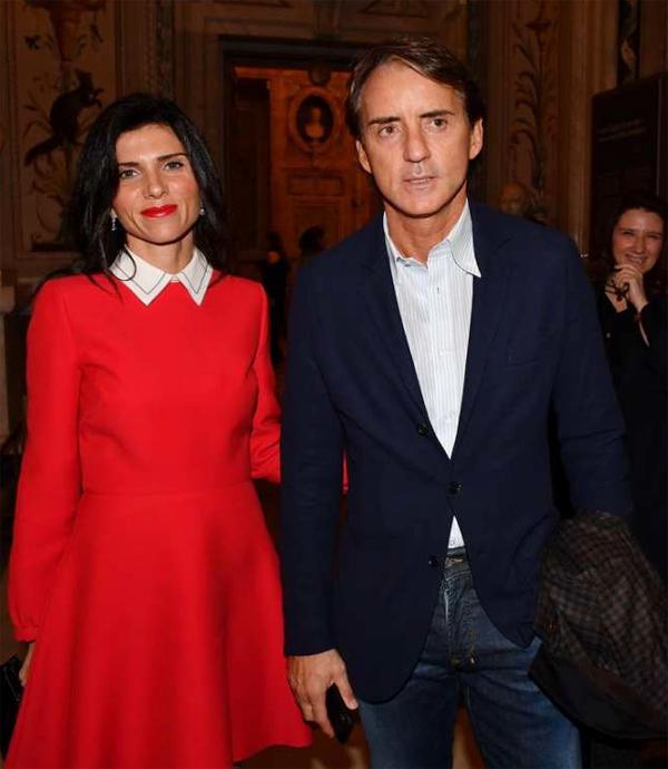 HLV Mancini kết hôn với người đẹp Silvia Fortini năm 2018, một năm sau khi cả hai bị bắt gặp lần đầu sánh bước bên nhau. Bà xã kém chiến lược gia người Italy 14 tuổi.