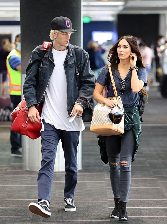 Megan Fox và  Machine Gun Kelly tới sân bay LAX ở Los Angeles. Cặp đôi xách theo nhiều túi hành lý, dường như chuẩn bị cho một chuyến đi chơi xa.