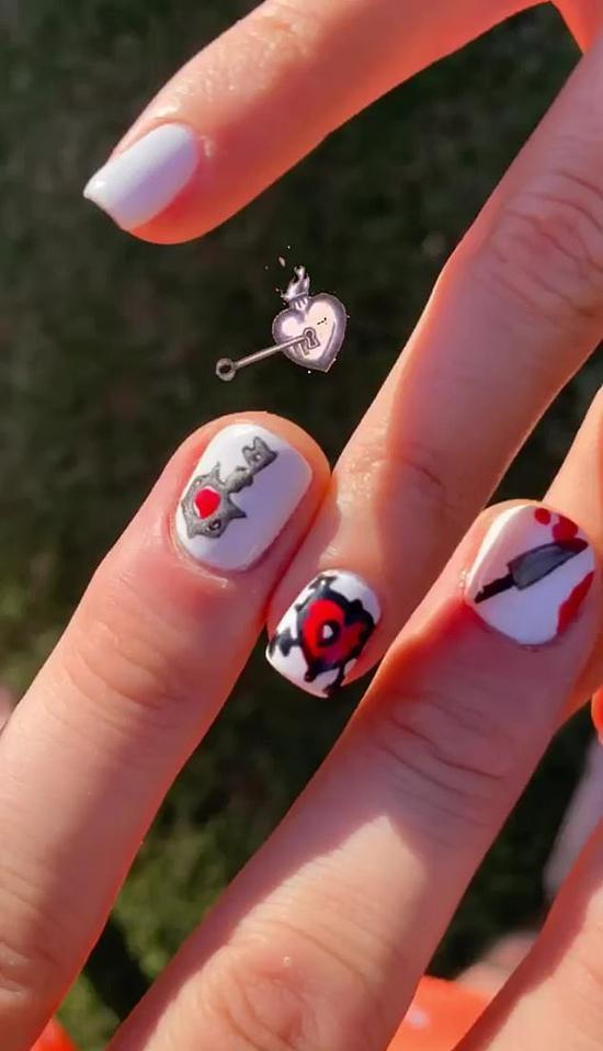 Trên Instagram,  nam ca sĩ chia sẻ hình ảnh bàn tay anh và Megan Fox sơn biểu tượng Bloody Valentine, những ngón tay đan vào nhau tình tứ. Machine Gun Kelly rất hạnh phúc với cuộc tình mới và không ngần ngại công khai trên mạng xã hội.