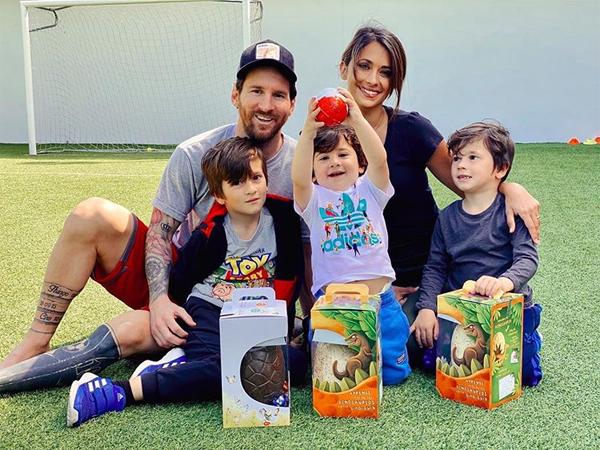 Vợ chồng Messi bên ba cậu con trai. Ảnh: Instagram.