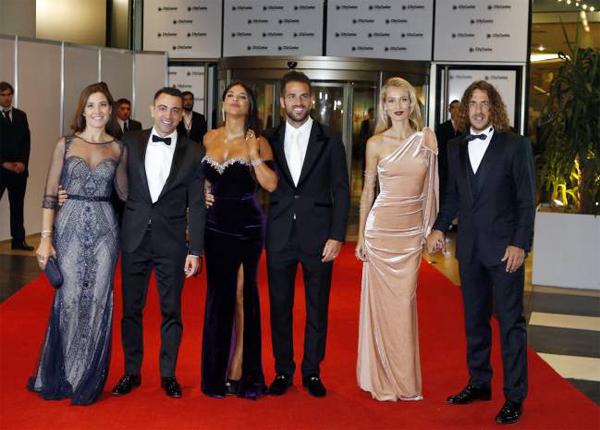 Hai cựu sao Barca là Xavi (bên trái) và Puyol (bên phải) đưa vợ, bạn gái tới dự lễ cưới Messi và chụp ảnh cùng vợ chồng Fabregas. Ảnh: AP.