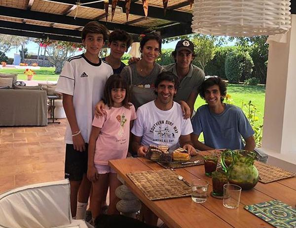 Năm 2018, Raul trở lại Madrid dẫn dắt U15 Real. Năm ngoái, cựu tiền đạo lừng danh được bổ nhiệm làm HLV tuyển B của Real, giống lộ trình của người đồng đội cũ kiêm HLV đội một Real Zidane. Ngoài sự nghiệp lẫy lừng, Raul còn được ngưỡng mộ khi có cuộc hôn nhân hạnh phúc bên bà xã Mamen Sanz và 5 đứa con.
