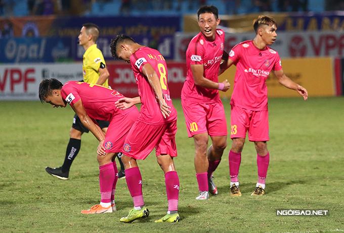 Ngay sau khi tiếng còi mãn cuộc vang lên, các cầu thủ Sài Gòn FC ôm nhau ăn mừng chiến thắng 1-0 trước CLB Hà Nội ở vòng 7 V-League 2020 tối 30/6.