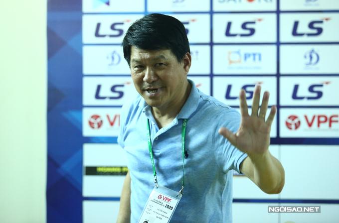 HLV CLB Sài Gòn tươi cười vẫy chào giới truyền thông khi rời phòng họp báo. Với chiến thắng này, Sài Gòn FC vươn lên đứng thứ hai trên bảng xếp hạng với 13 điểm, chỉ kém đội đầu bảng TP HCM một điểm.