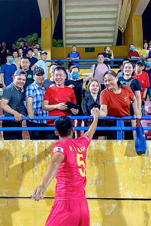 Kết thúc trận đấu, các cầu thủ Sài Gòn đi tới các khu vực khán đài để cảm ơn người hâm mộ và chia vui cùng người thân.