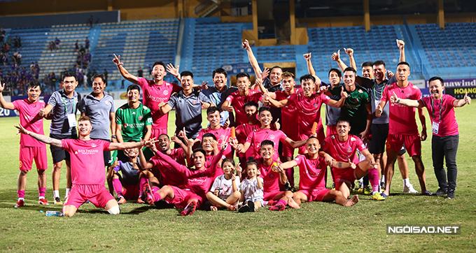 Đội quân của HLV Vũ Tiến Thành chup ảnh ăn mừng như trong lễ đăng quang vô địch.