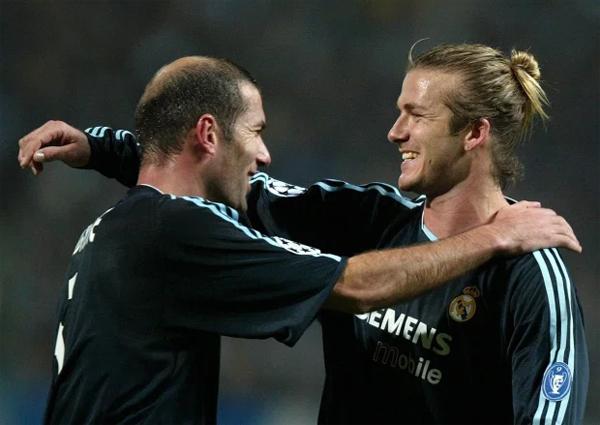 Sau 5 năm gắn bó với Juventus, cựu tiền vệ trung tâm Zinedine Zidane sang Real thi đấu năm 2001 và kết thúc sự nghiệp tại đây một năm trước khi Becks tới LA Galaxy. Huyền thoại tuyển Pháp vô địch La Liga và Champions Leage trong màu áo trắng, giải nghệ sau ồn ào húc đầu vào ngực Marco Materazzi tại chung kế World Cup 2016 nơi tuyển Italy đăng quang. Cựu thủ quân tuyển Pháp và Becks có mối quan hệ thân thiết, hai người thường gửi lời chúc mừng sinh nhật nhau qua trang cá nhân.