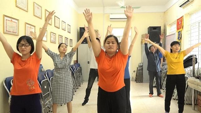 Các học viên thực hiện bài nhảy Việt Nam ơi.