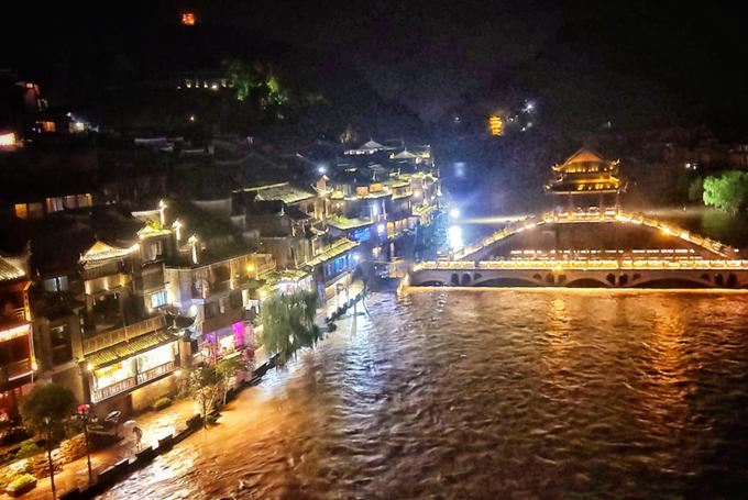 Cầu Tuyết trong dòng nước lũ đêm 29/6. Ảnh Rednet