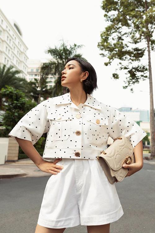 Quần short trắng, ống rộng cũng là trang phục được nhiều sao Việt chọn lựa khi mix đồ dạo phố vào mùa này. Châu Bùi