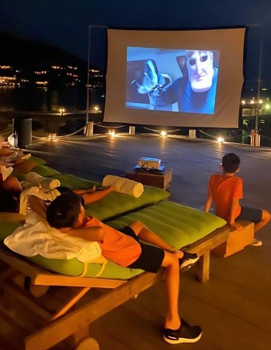 Riêng Subeo và các bạn thỏa thích xem phim hoạt hình ở ngoài trời.
