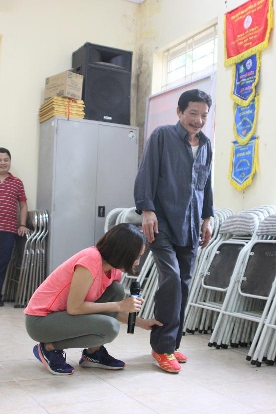 Cô Nhung hướng dẫn các học viên từng động tác chân.