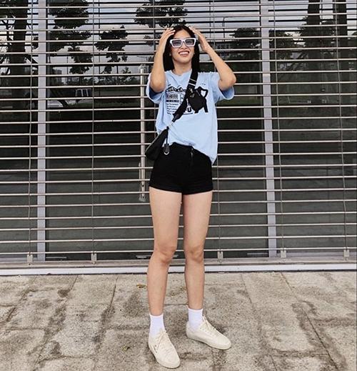 Short jeans kiểu dáng đơn giản được Tiểu Vy sử dụng cùng áo thun, áo crop-top để khoe phong cách trẻ trung ngày hè.