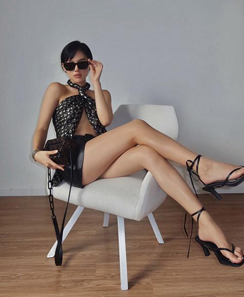 Bên cạnh mẫu short jeans quen thuộc là các mẫu short lưng cao thiết kế trên nhiều chất liệu. Khánh Linh tạo điểm nhấn độc đáo cho set đồ mùa hè với cách quấn khăn hàng hiệu làm áo.