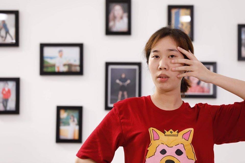 Gương mặt dài, hàm hô, cánh mũi to... khiến Huyền Trang trông già dặn hơn tuổi.