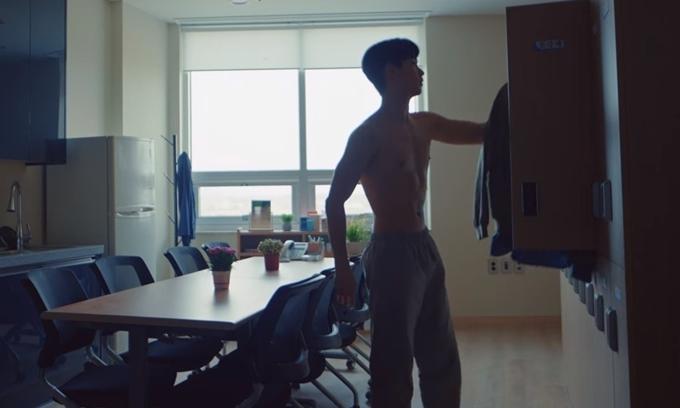 Cảnh thay áo của Kim Soo Hyun trong tập 1 phim Điên thì có sao.
