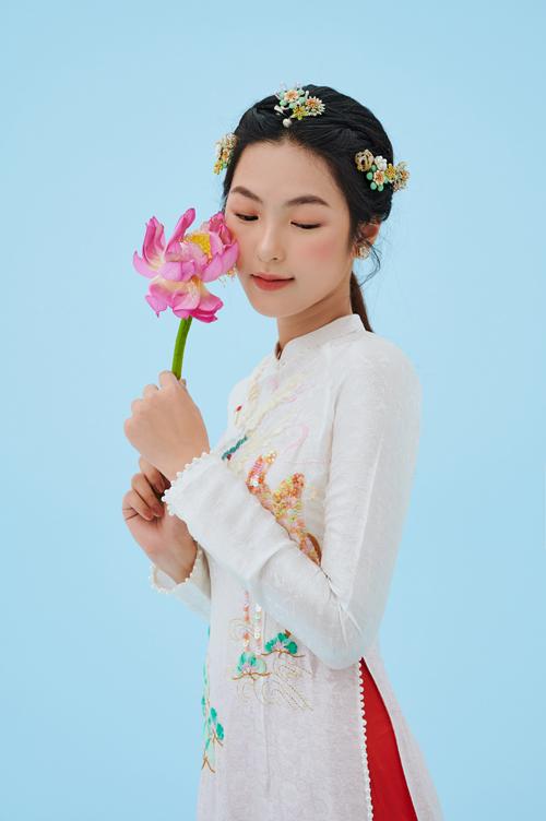 Dọc tà, viền tay áo được điểm hàng ngọc trai bắt mắt, giúp mẫu thiết kế trở nên nữ tính, sang trọng hơn.