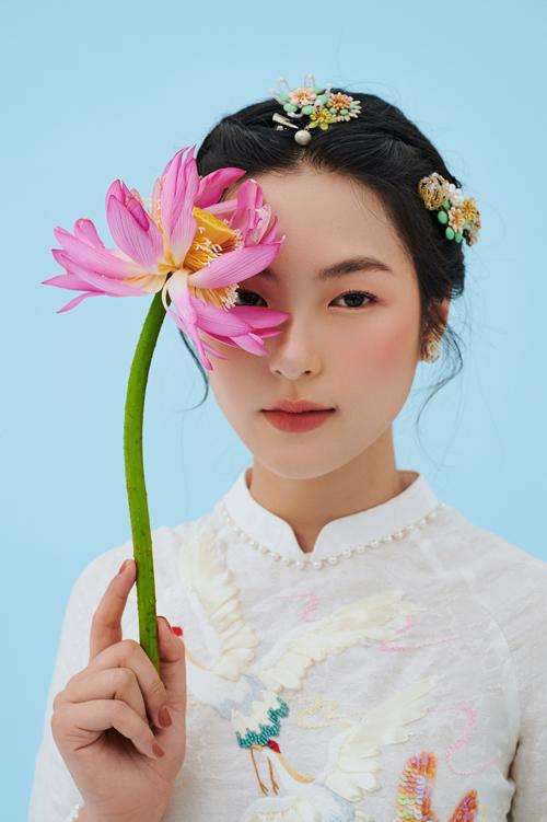 Điểm chung ở những tác phẩm áo dài cưới của NTK Dương Nguyễn là đều có chi tiết thêu đính đậm nét truyền thống Á đông, gửi gắm ước vọng may mắn và giúp tôn vẻ đẹp thanh tú của cô dâu Việt Nam.