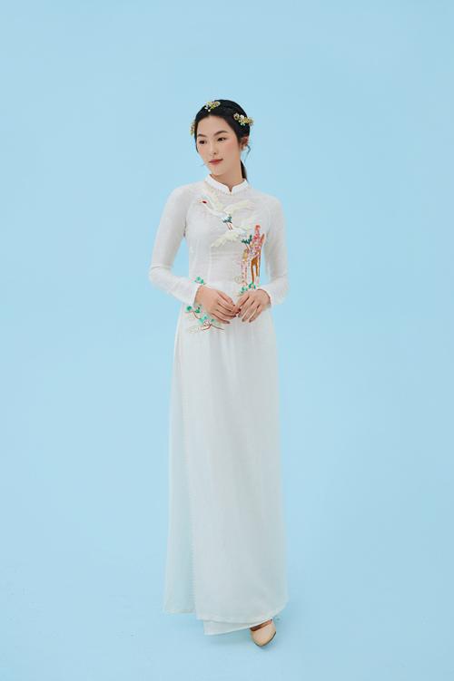 Hình ảnh cánh chim hạc xuất hiện trên tà áo lụa mang ý nghĩa biểu tượng về sự cao quý, gắn liền với khát khao cuộc sống an lành, hạnh phúc.
