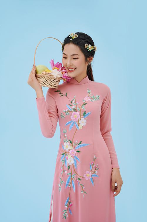 Họa tiết hoa uốn lượn, trải dài dọc thân cũng là cách để đánh lừa thị giác, giúp thân hình cô dâu trông cao ráo, thon gọn.