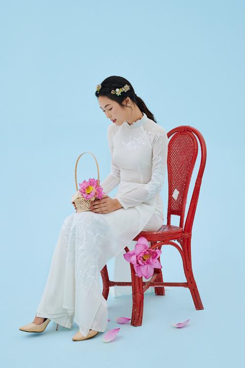 Nhờ tính toán kỹ lưỡng khi may, áo dài giúp cô dâu dễ dàng cử động, đứng ngồi.