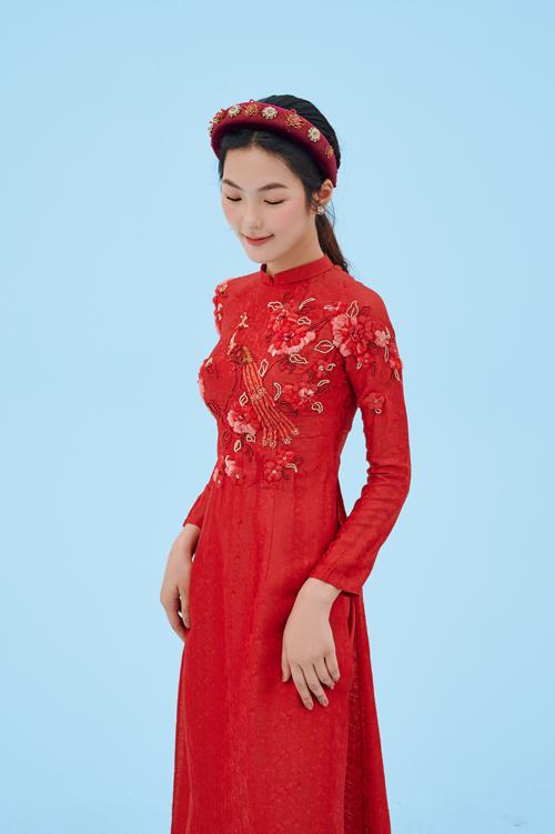 Họa tiết hoa thêu cầu kỳ, nở rộ trên tà áo dài lụa đỏ hút thị giác.