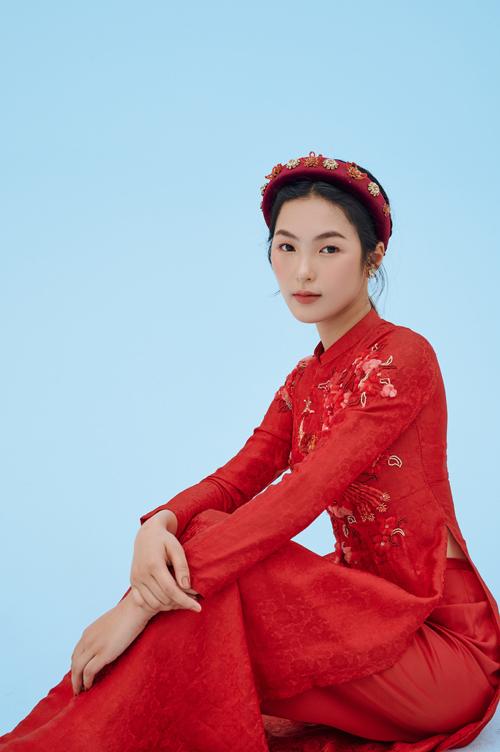 Cô dâu diện áo dài cùng mấn đỏ cùng tông để tạo sự đồng điệu.