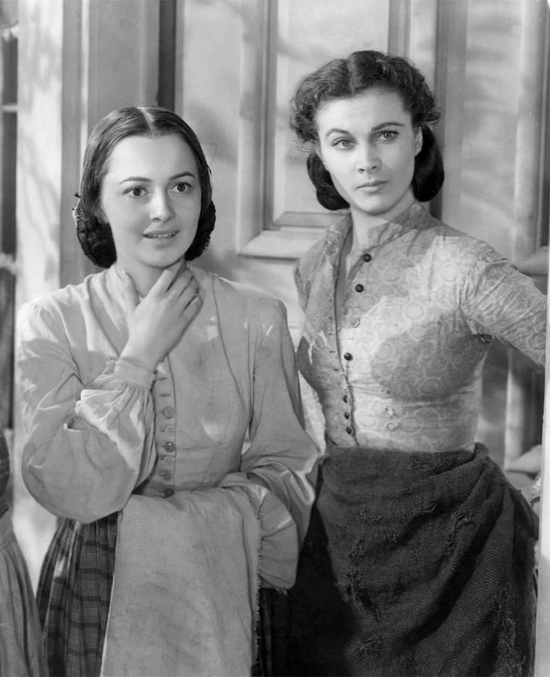 Olivia de Havilland (trái) và Vivien Leigh (vai Scarlett OHara) trong Gone With the Wind.