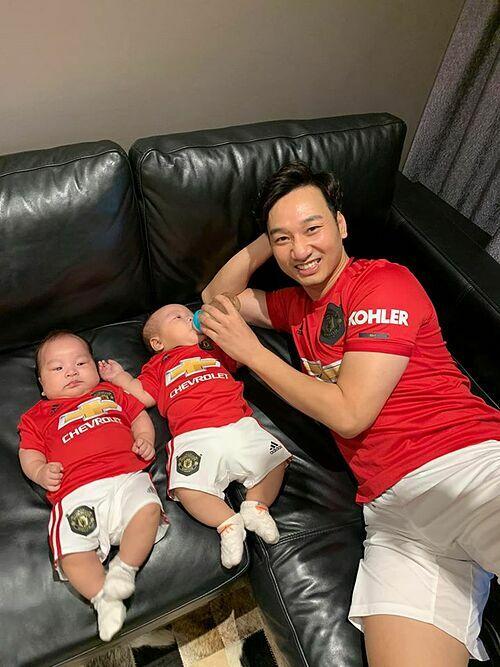 MC Thành Trung và hai con song sinh diện đồ đồng điệu, chứng minh là fan trung thành của CLB Manchester United.