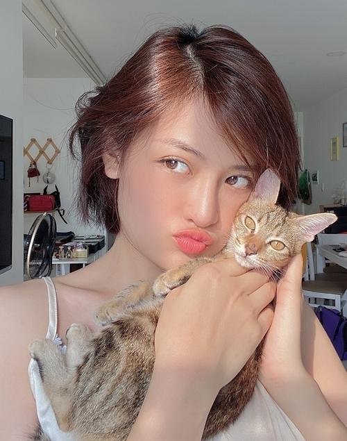 Thùy Anh sống trong một căn hộ cô thuê ở Sài Gòn, cùng hai chú mèo con.