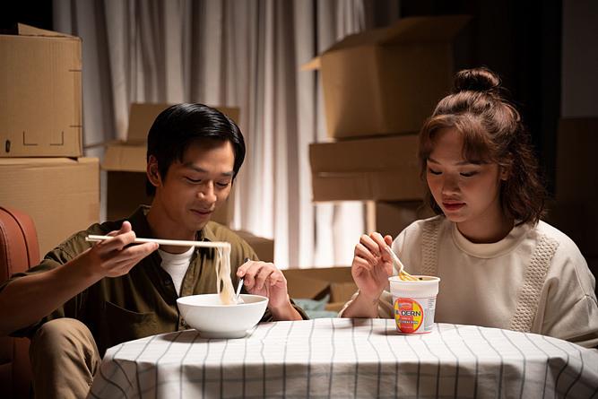 Hai người bạn thân còn cùng nhau ăn mỳ gói khi không có tiền.