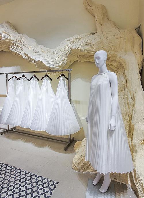 Nhận được sự ủng hộ của sao Việt và khách hàng, Adrian Anh Tuấn tiếp tục làm thêm gam trắng nhẹ nhàng sau khi lăng xê loạt màu nổi bật.