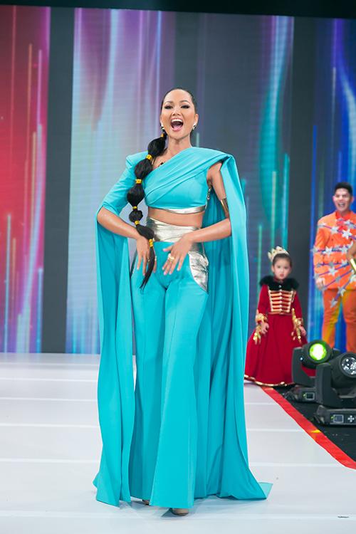 Hoa hậu H'Hen Niê bất ngờ đảm nhận vai trò vedette, bước ra hô to H'Hen Niê, Vietnam tái hiện lại khoảnh khắc đứng trên sân khấu Miss Universe 2018. Cô bồi hồi xúc động cảm ơn các người mẫu nhí và ban tổ chức chương trình cho mình cơ hội sống lại cảm giác hai năm trước.