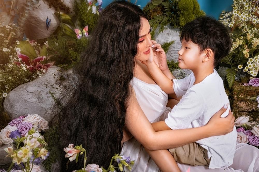Henry là con trai riêng của Thu Thủy. Nhóc tỳ cũng háo hức được gặp em.