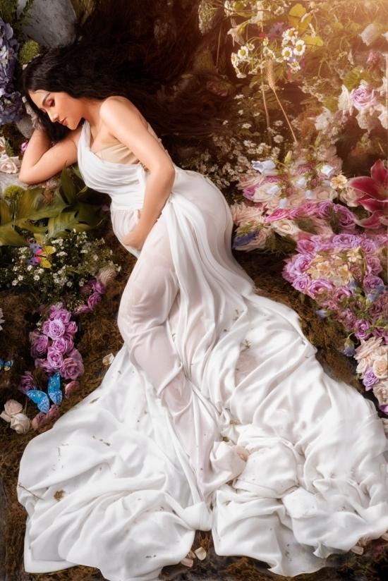 Nữ ca sĩ đầu tư mái tóc giả dài 1,m và đặt trong nhiều tháng. Ngoài ra, toàn bộ hoa tươi, rong rêu và cây cỏ bày trí cũng tiêu tốn đến 25 triệu đồng.