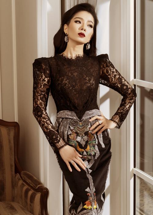 Nữ hoàng bolero sở hữu làn da trắng, hợp với váy áo gam đen.