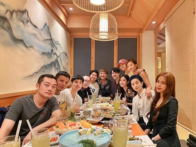Tối 2/7, Ông Cao Thắng đưa bà xã Đông Nhi đến dự tiệc sinh nhật bạn tại một nhà hàng ở TP HCM.