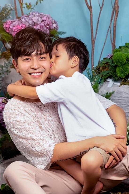 Kin Nguyễn và Henry thân thiết với nhau.