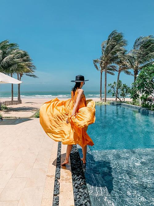 Váy xếp ly cháy hàng của Adrian Anh Tuấn
