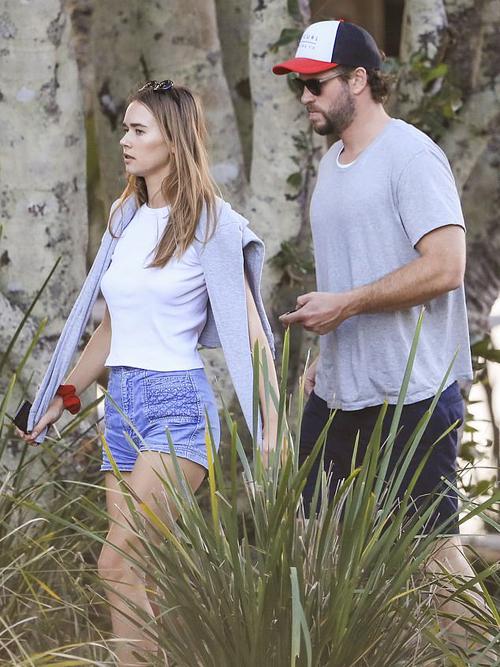 Cặp đôi hẹn hò từ cuối năm ngoái - khoảng 5 tháng sau khi Liam ly hôn Miley Cyrus. Trong thời gian tránh dịch vừa qua, hai người luôn quấn quýt bên nhau ở Australia.
