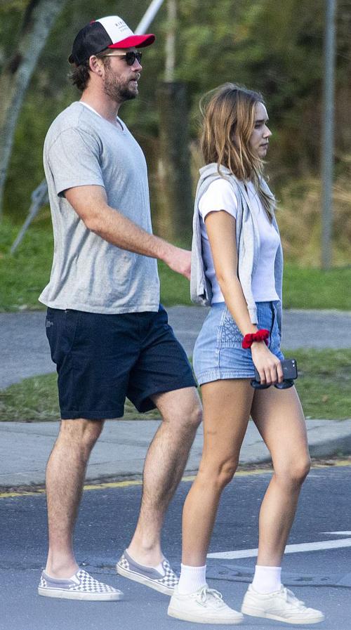 Liam Hemsworth và bạn gái tới một nhà hàng ở vịnh Byron, Australia.