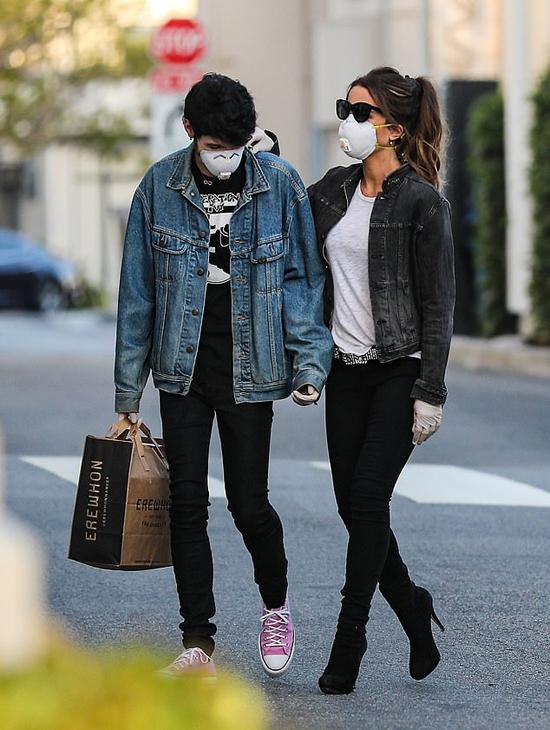 Kate Beckinsale đi mua sắm cùng bồ trẻ ở Pacific Palisades, California vào tháng 5.
