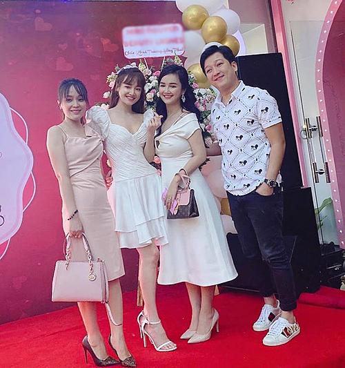 Vợ chồng Trường Giang - Nhã Phương đến chúc mừng chị gái Bích Trâm (giữa) khai trương spa làm đẹp.